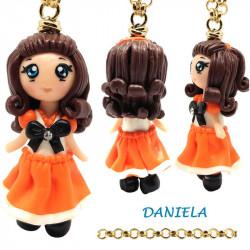 """Collana con Bambolina """"Daniela"""" Kawaii fatta a mano con fiocco e strass - arancione in Fimo"""